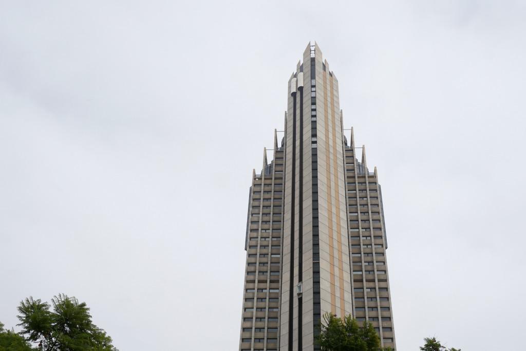 el otro gigante el gran hotel bali aparece a los pocos kilmetros segundo hotel ms alto de europa con metros slo de pensar en esos ascensores